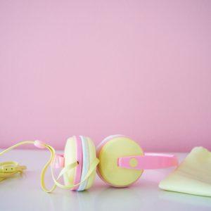 Macaroon_Kidsheadphone_pinkwall