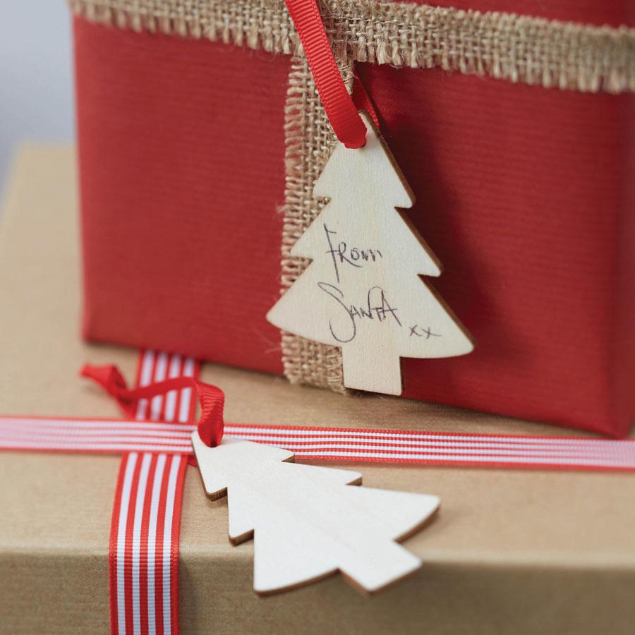 geschenkanh nger holz weihnachtsbaum 6er set die macherei. Black Bedroom Furniture Sets. Home Design Ideas